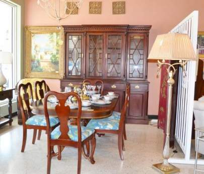 Traditional Dining Table with 6 chairs, 2 leafs and china cabinet (sold seperately)